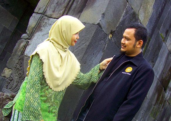 Pose ala prewedding di gerbang Istana Ratu Boko