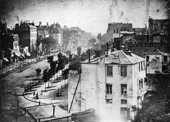 Boulevard du Temple, foto Daguerreotype pertama yang dibuat oleh Daguerre pada sekitar tahun 1838-1839