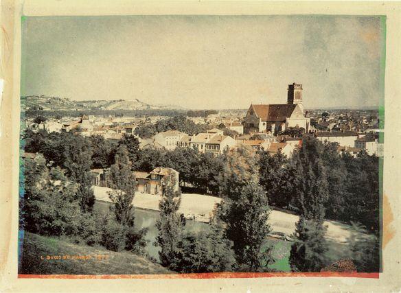 Foto berwarna yang pertama dibuat oleh Louis Ducos du Hauron pada tahun 1877.