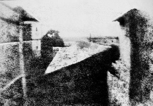 Foto Heliografi dengan subyek pemandangan yang pertama dibuat oleh Joseph Nicéphore Niépce pada tahun 1826